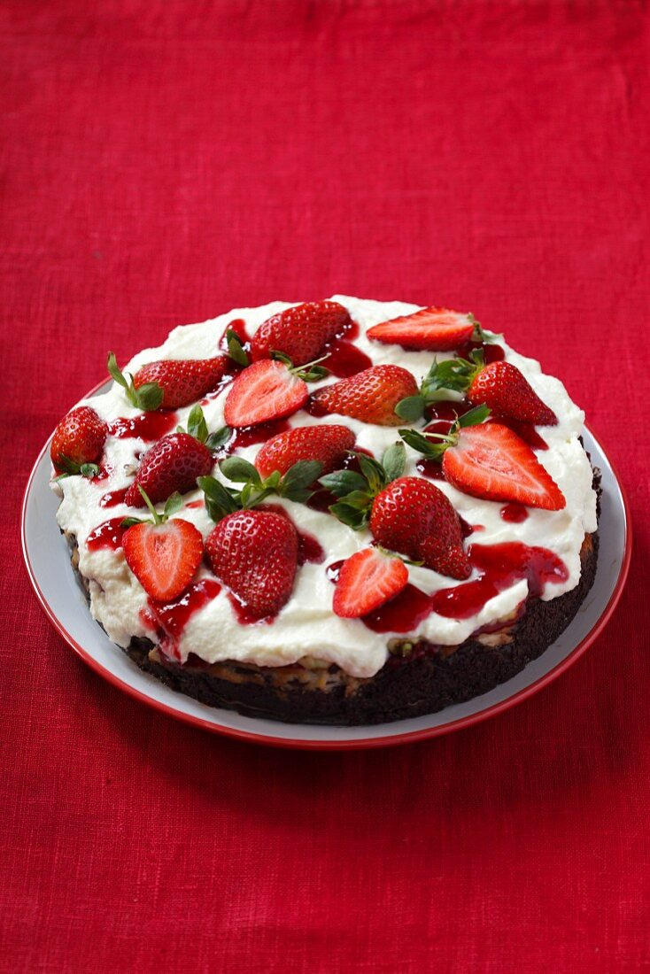 Cheesecake with cream and strawberries