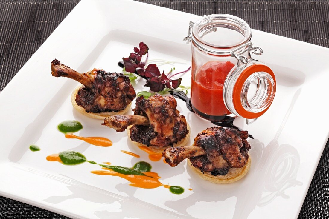 Spicy chicken legs on blinis with ketchup
