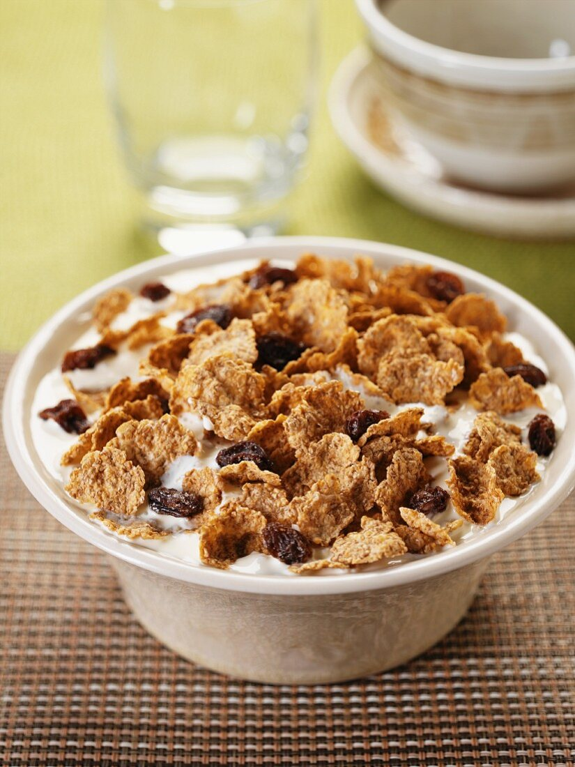 Spelt flakes with raisins and milk