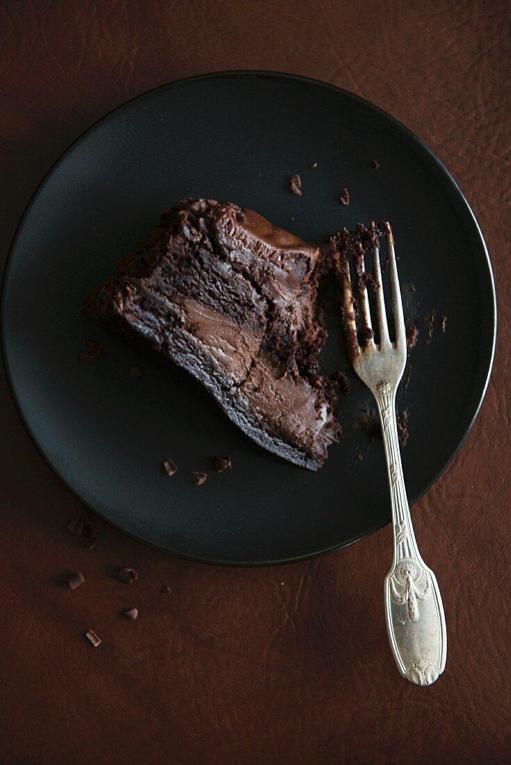 Ein Stück Schokoladen-Trüffeltorte, angebissen