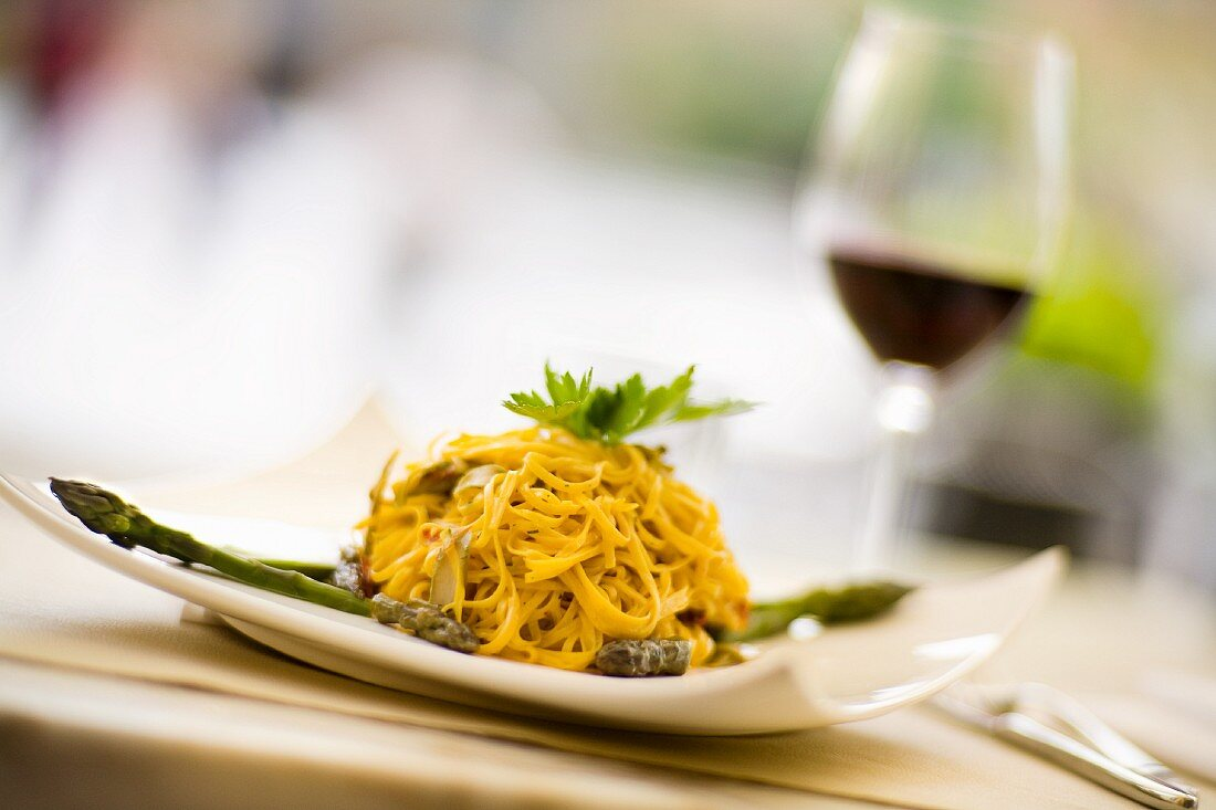 Tagliolini con gli asparagi (fine ribbon pasta with green asparagus)