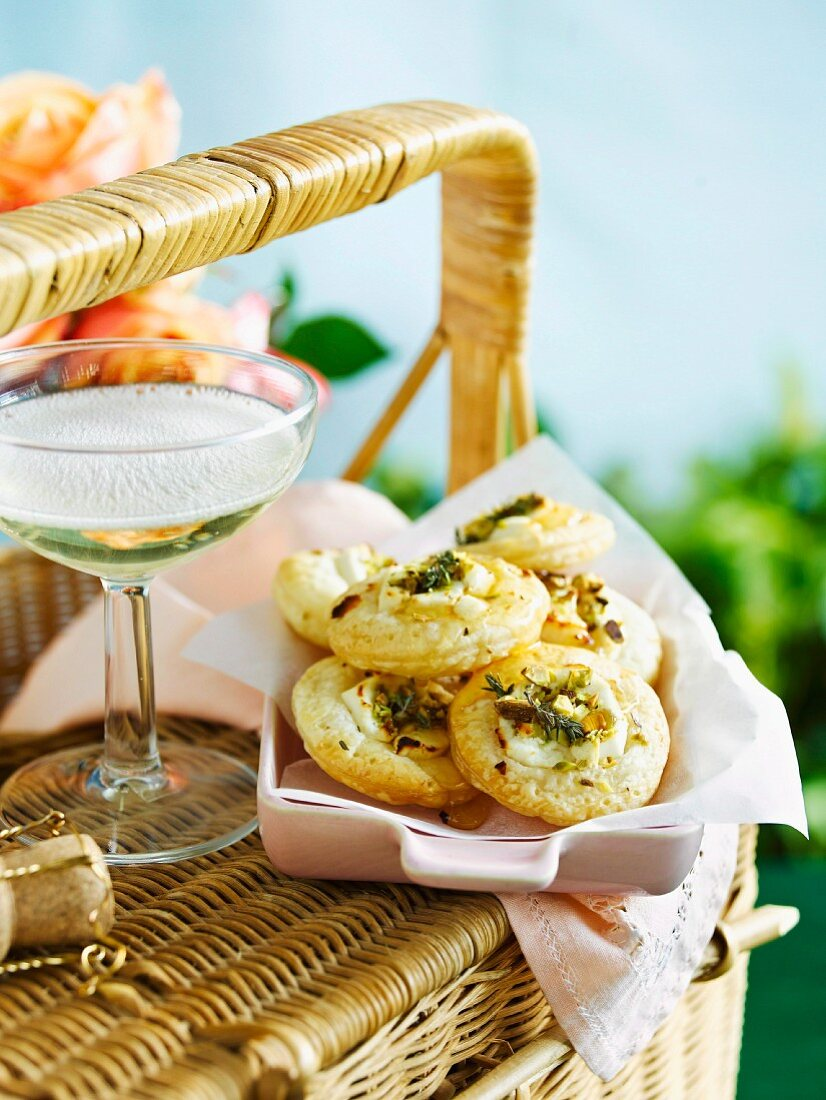 Puff pastry bites with goat's cheese, pistachios and thyme, for a picnic
