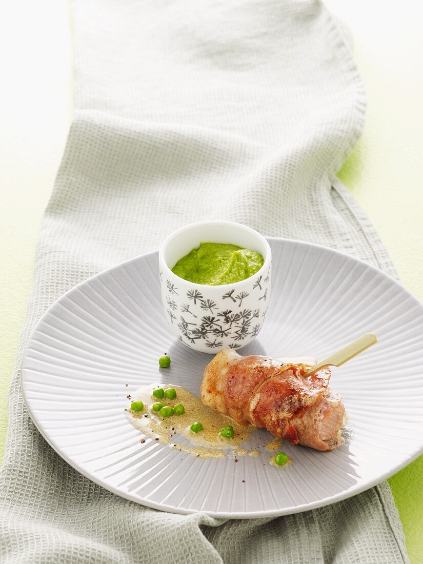 Rolls of veal with bacon, Gorgonzola and peas