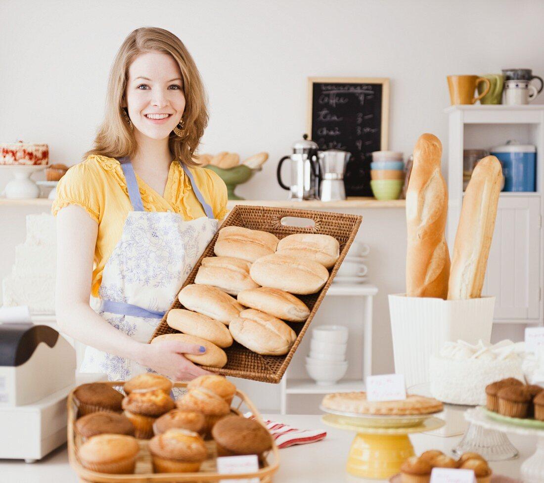 Frau mit frisch gebackenen Brötchen in … - Bilder kaufen