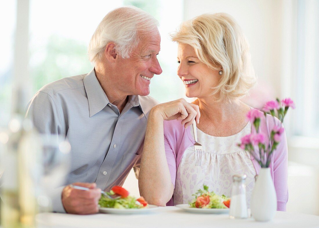 Paar isst Salat im Restaurant