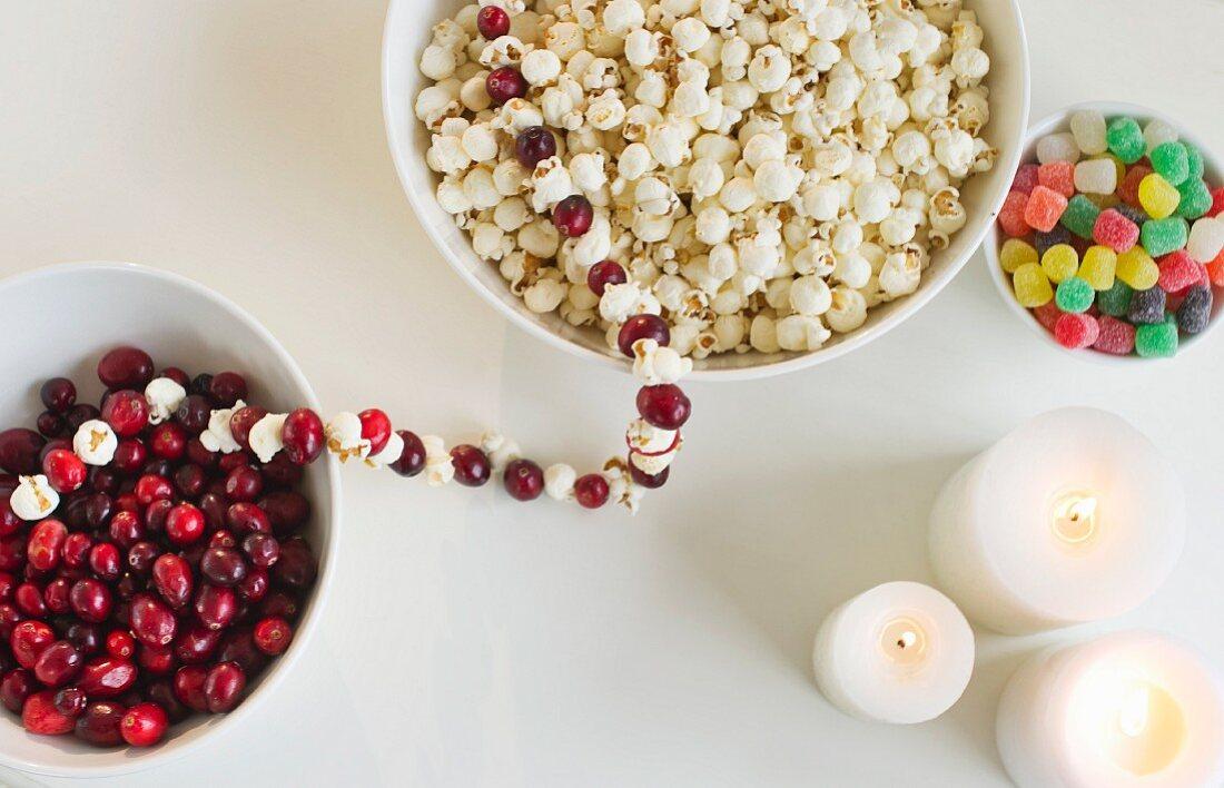 Weihnachtlicher Tisch mit Kerzen und Knabbereien