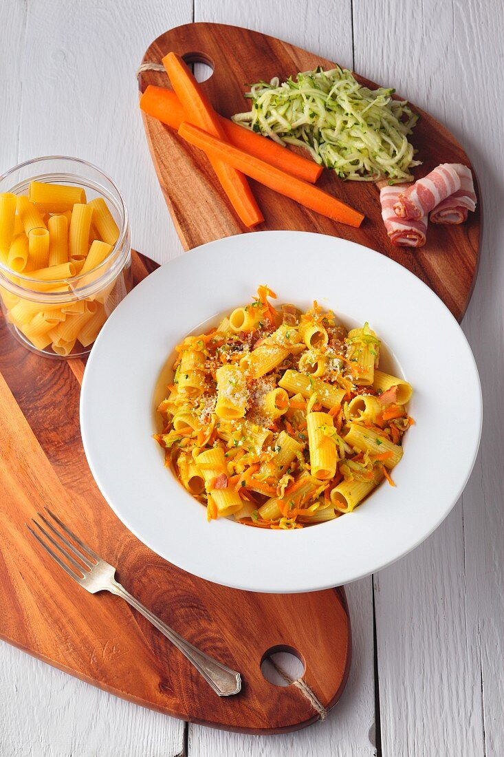 Rigatoni with vegetables, bacon and curry