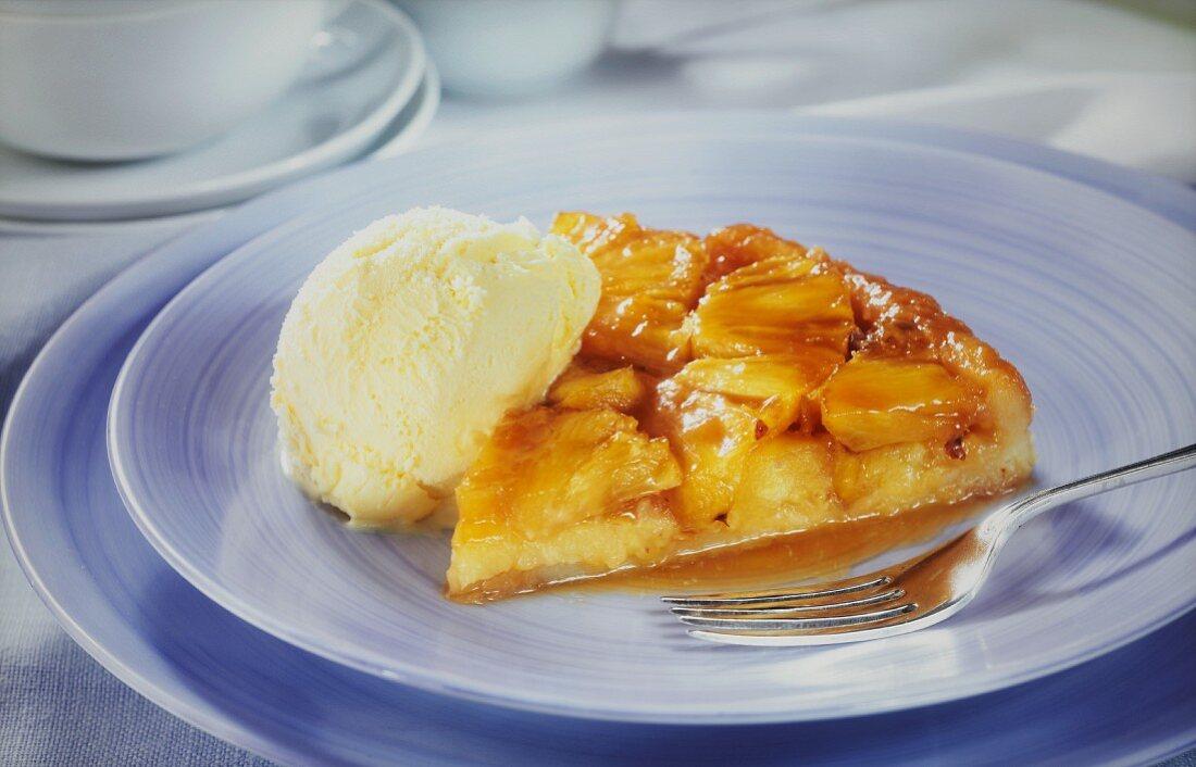 Ein Stück gestürzter Ananaskuchen mit Vanilleeis