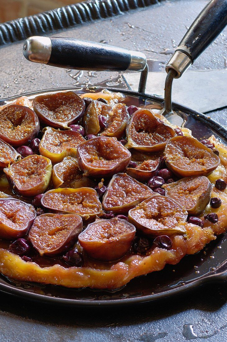 Tarte tatin with figs and grapes