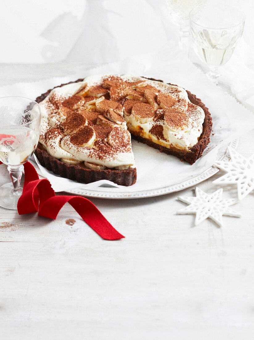 Chocolate and banana tart with caramel and cream