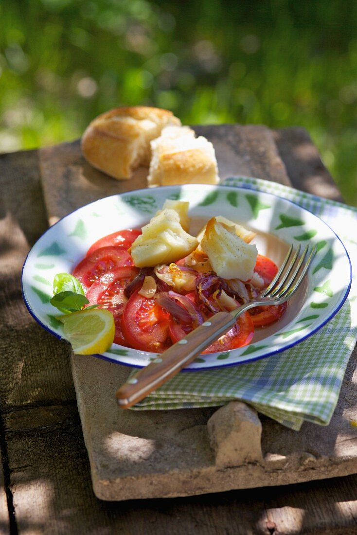 Tomato salad with onions and Scamorza cheese