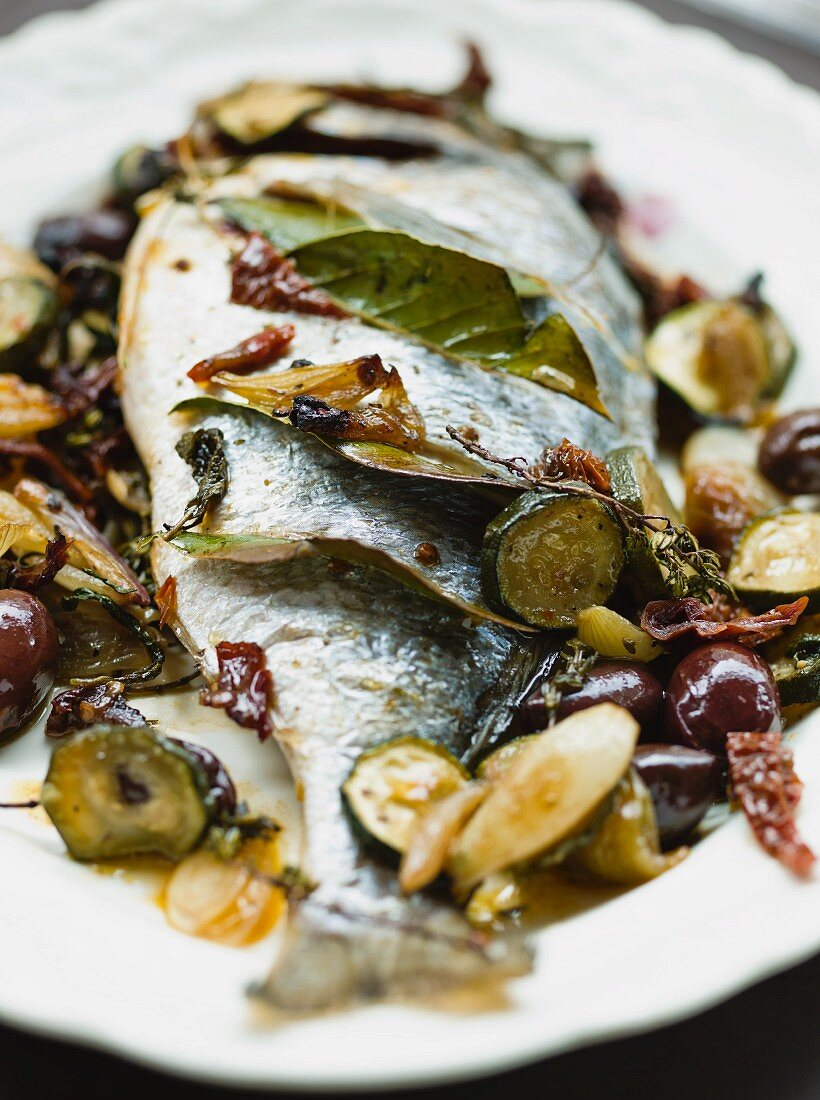 Oven-baked bream with bay leaf, courgettes and sundried tomatoes