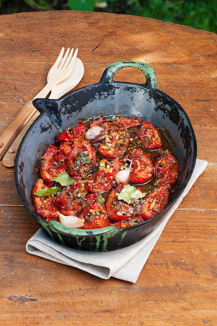 Oven-baked tomatoes with garlic