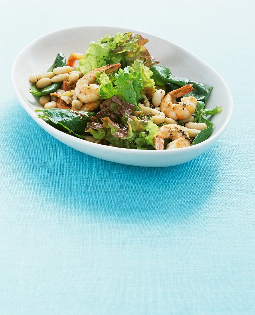 Salad with prawns and white beans