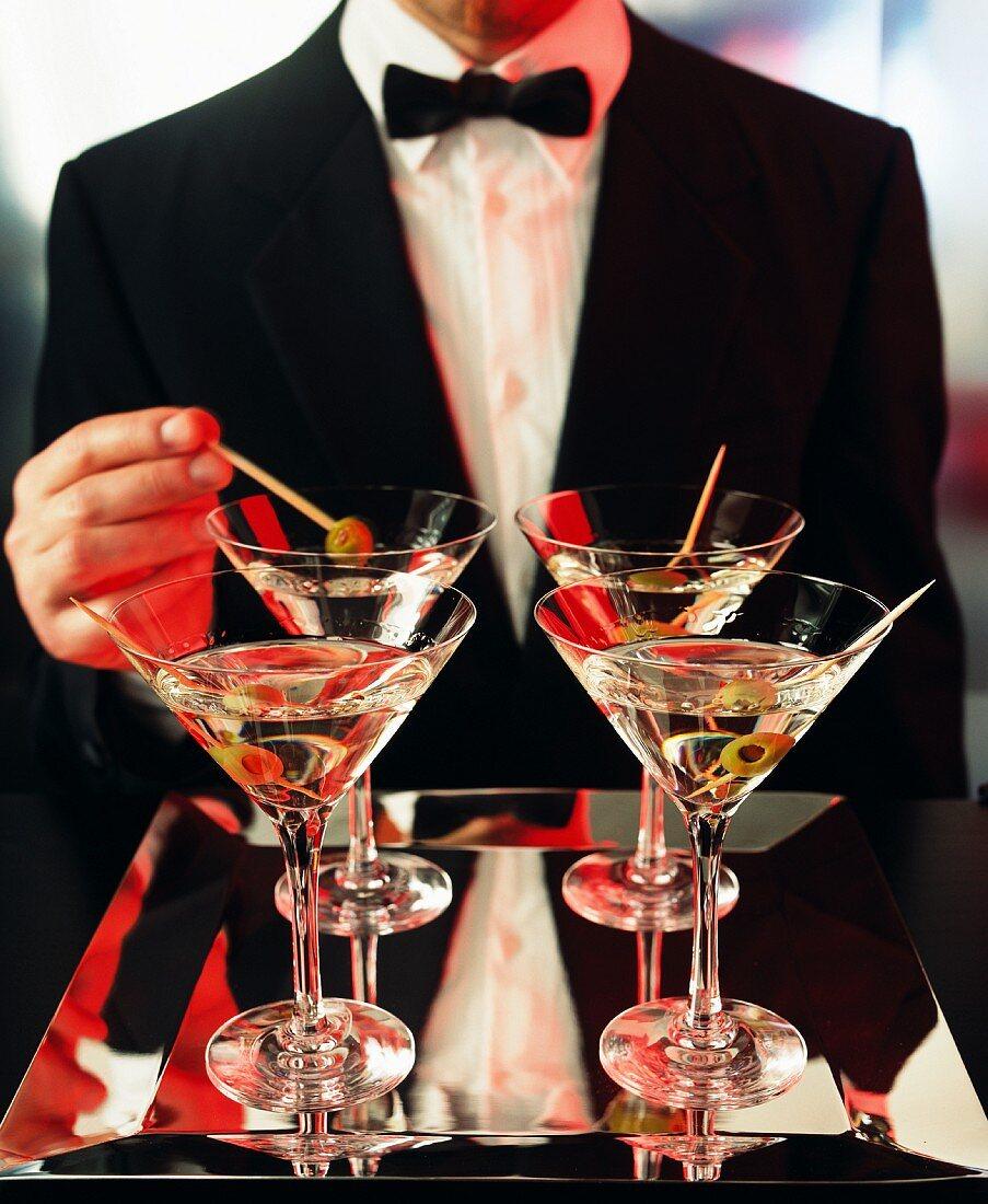 Mann im Smoking mit Martinis