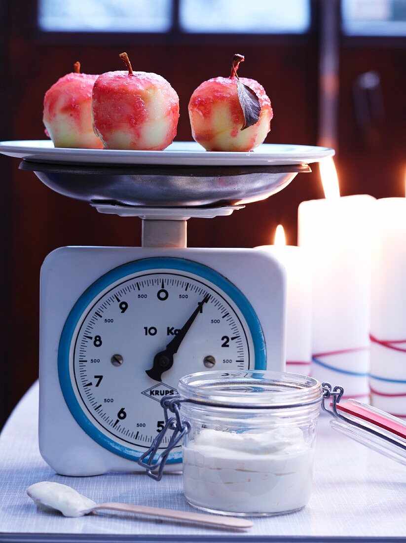 Liebesäpfel auf Küchenwaage mit Mascarponecreme