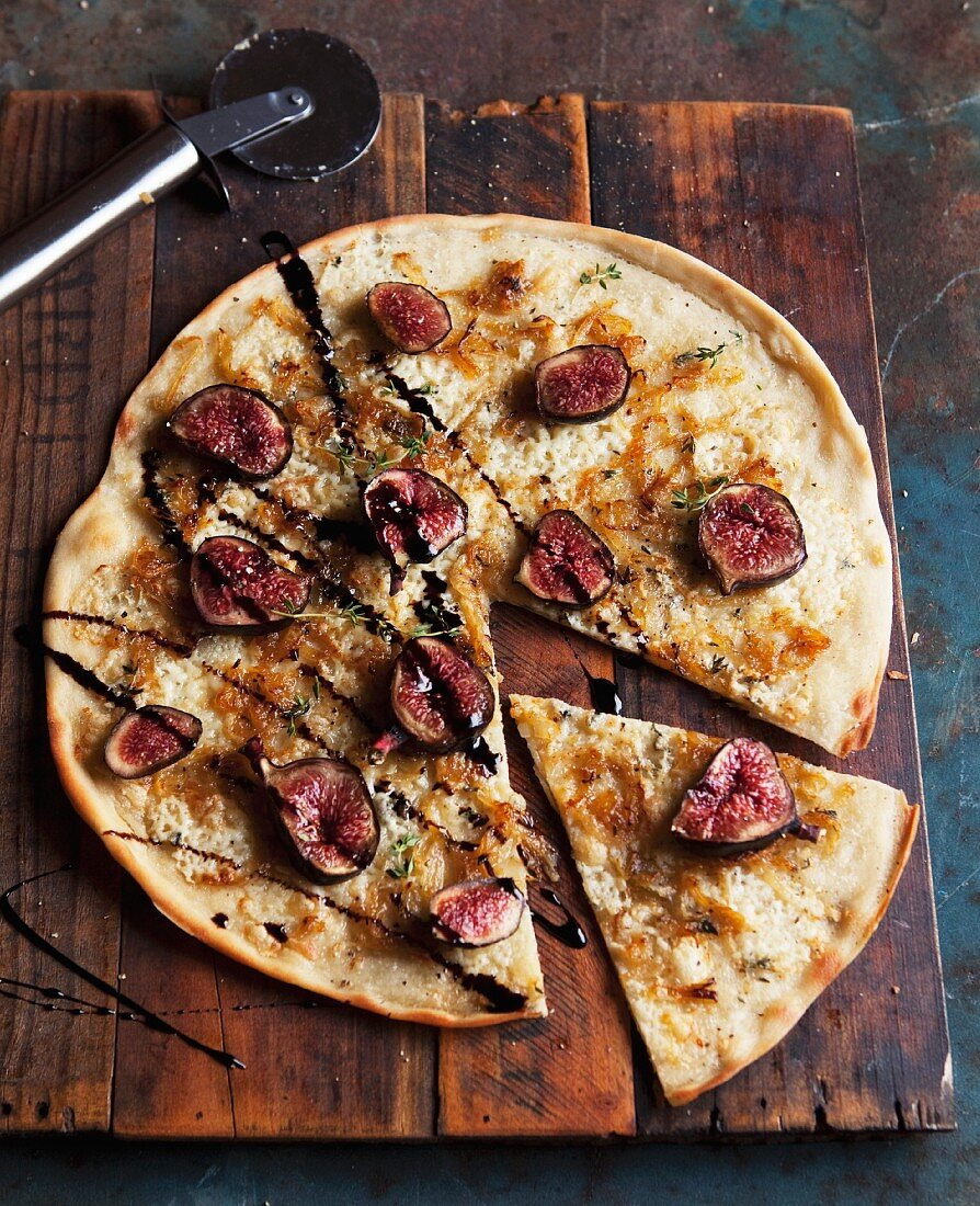 Pizza with blue cheese, figs & balsamico