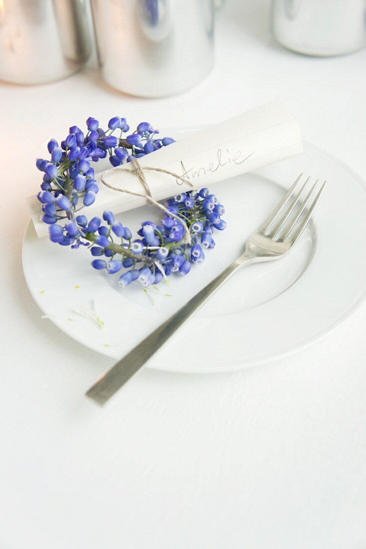 Plate with name tag and small wreath of flowers