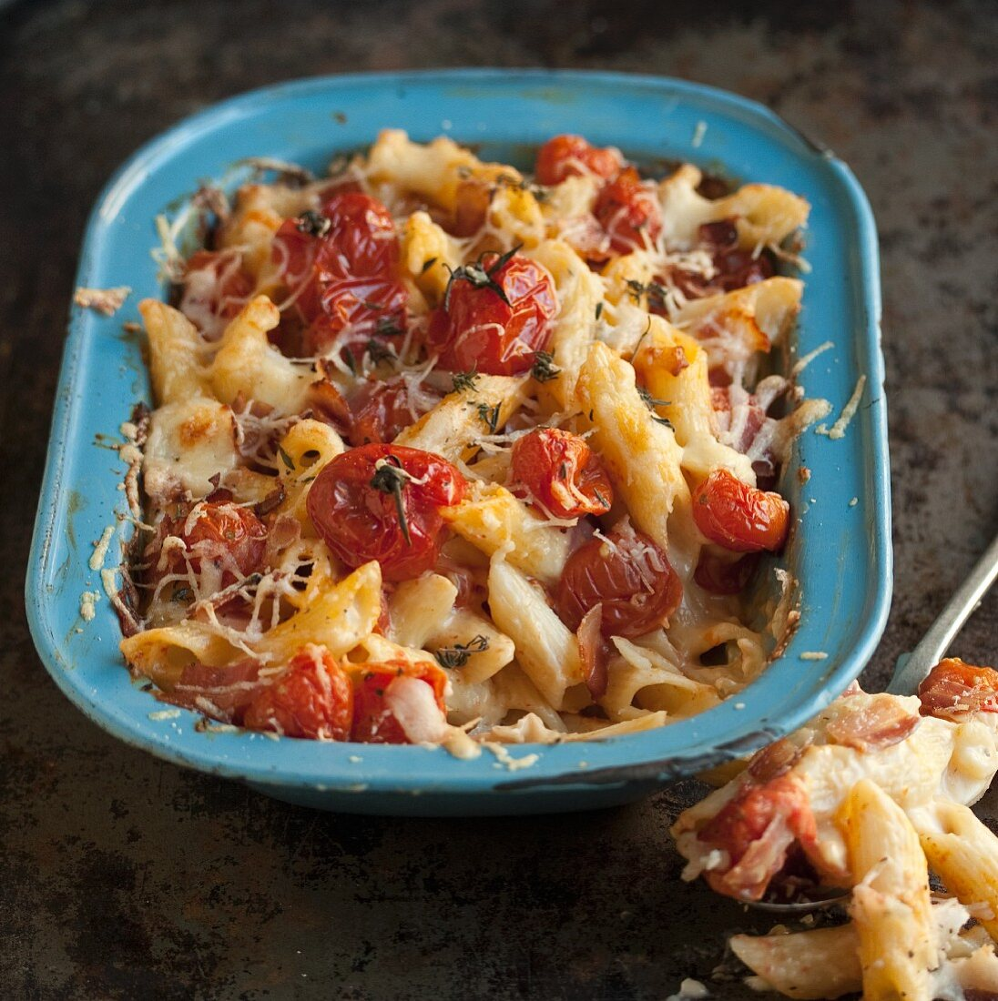 Macaroni cheese with tomatoes