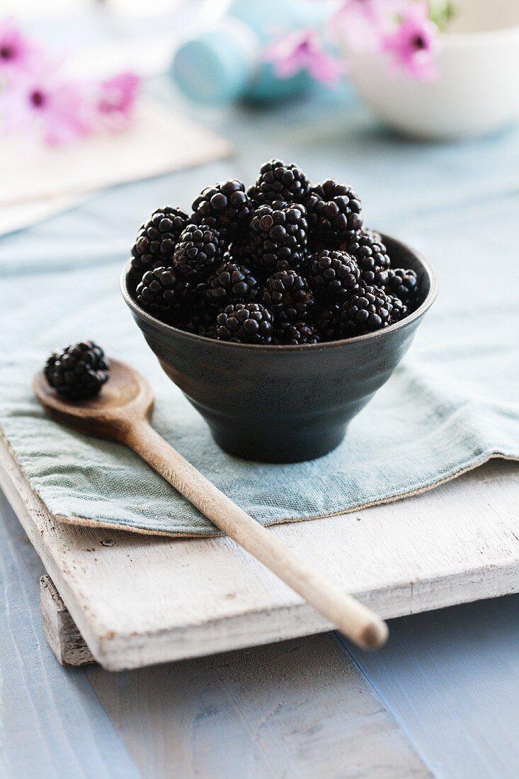 Blackberries in a ceramic bowl