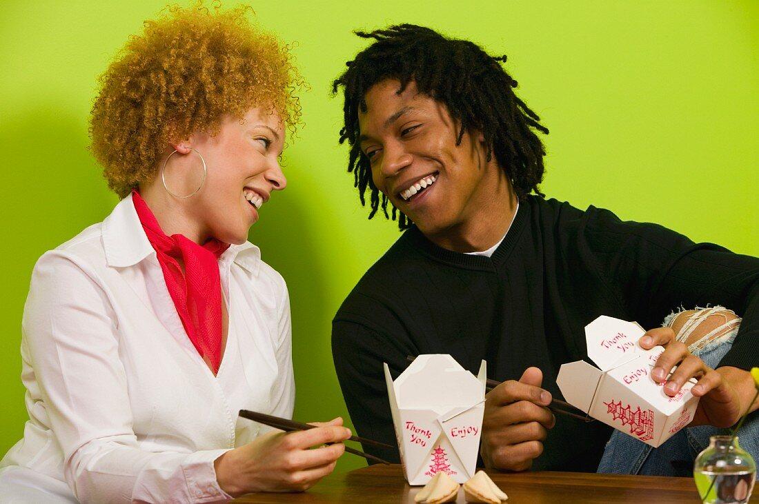 Afrikanisches Paar mit Essen zum Mitnehmen