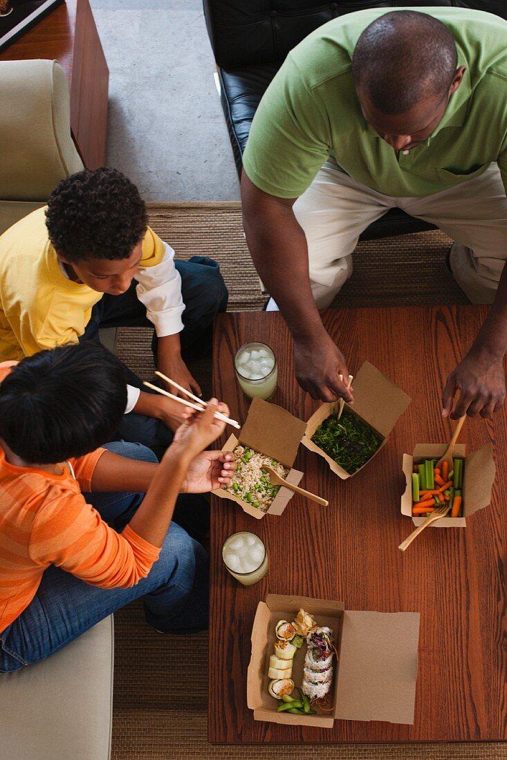 Familie aus der Vogelperspektive mit asiatischem Essen