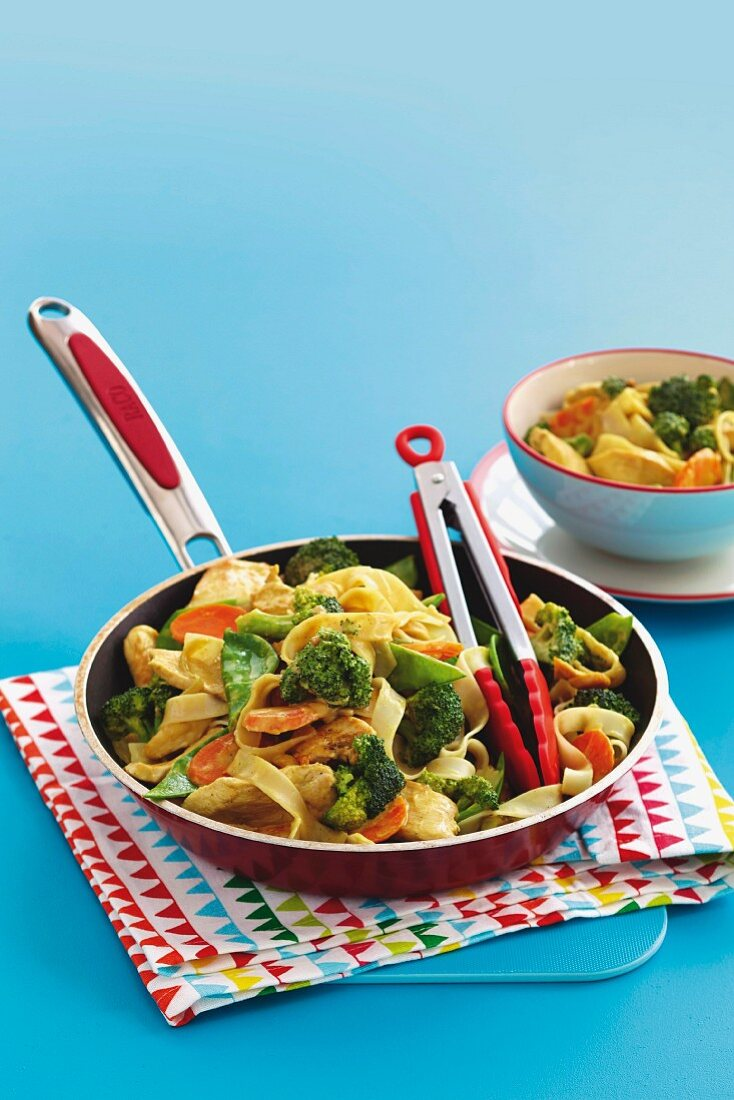 Fried vegetables with chicken and satay sauce