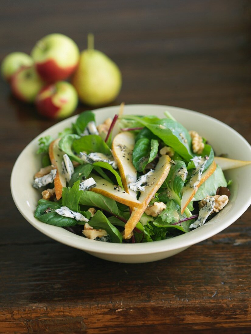 Autumnal salad with pear, blue cheese and nuts