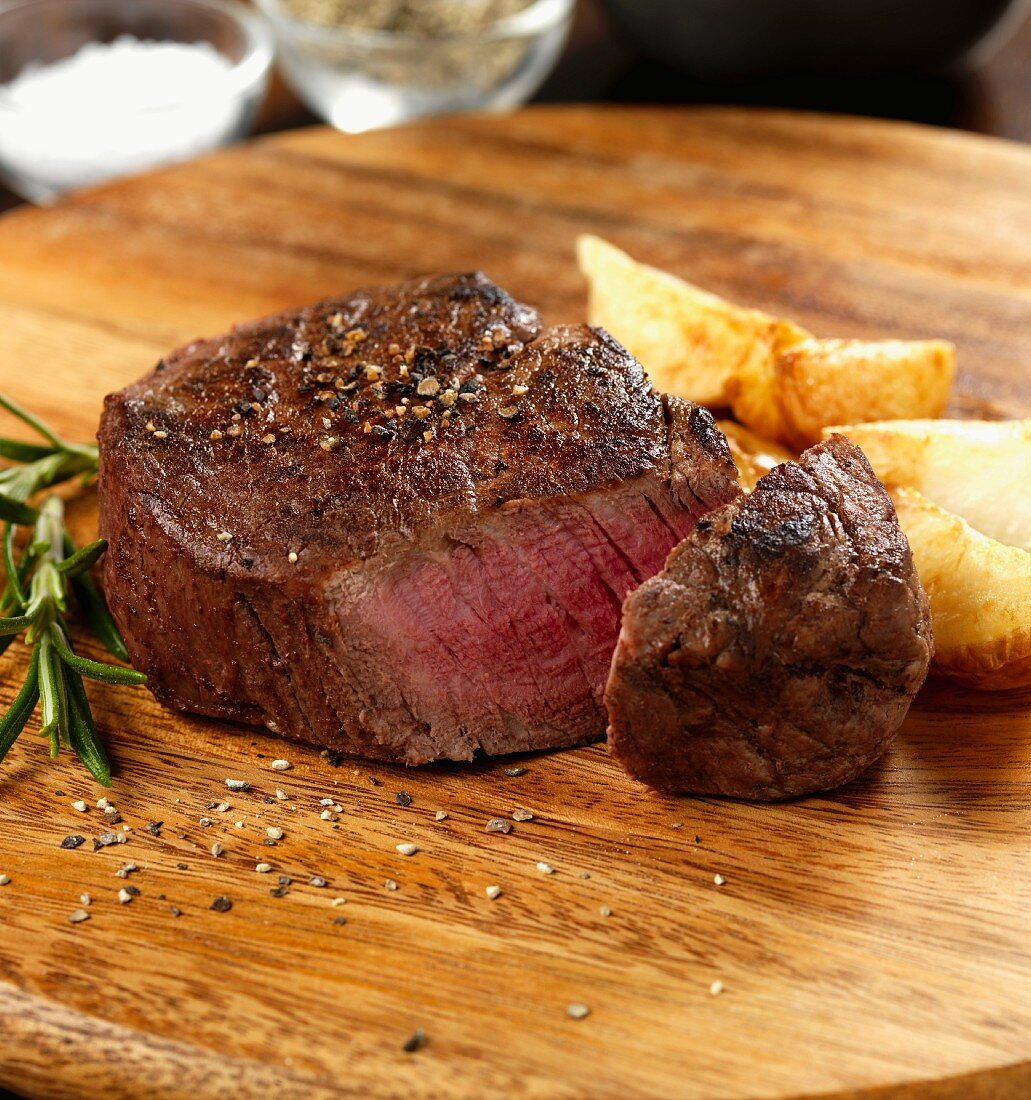 Fillet steak with cracked black pepper and potatoes