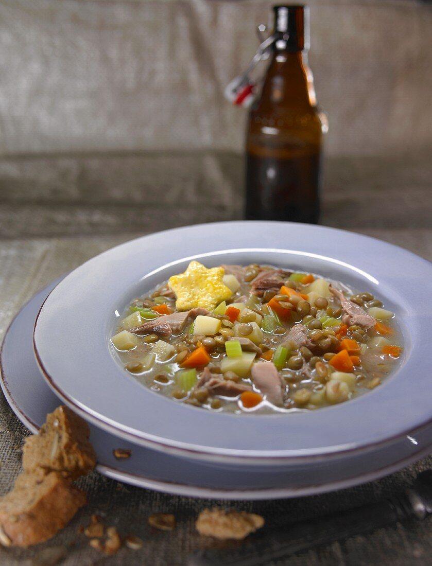 Fasansuppe mit Erbsen, Möhren und Kartoffeln