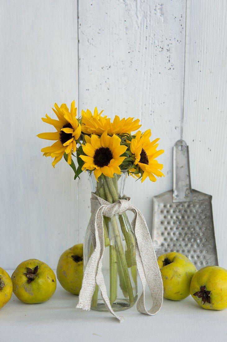 Sonnenblumen, Quitten und Reibe aus Metall