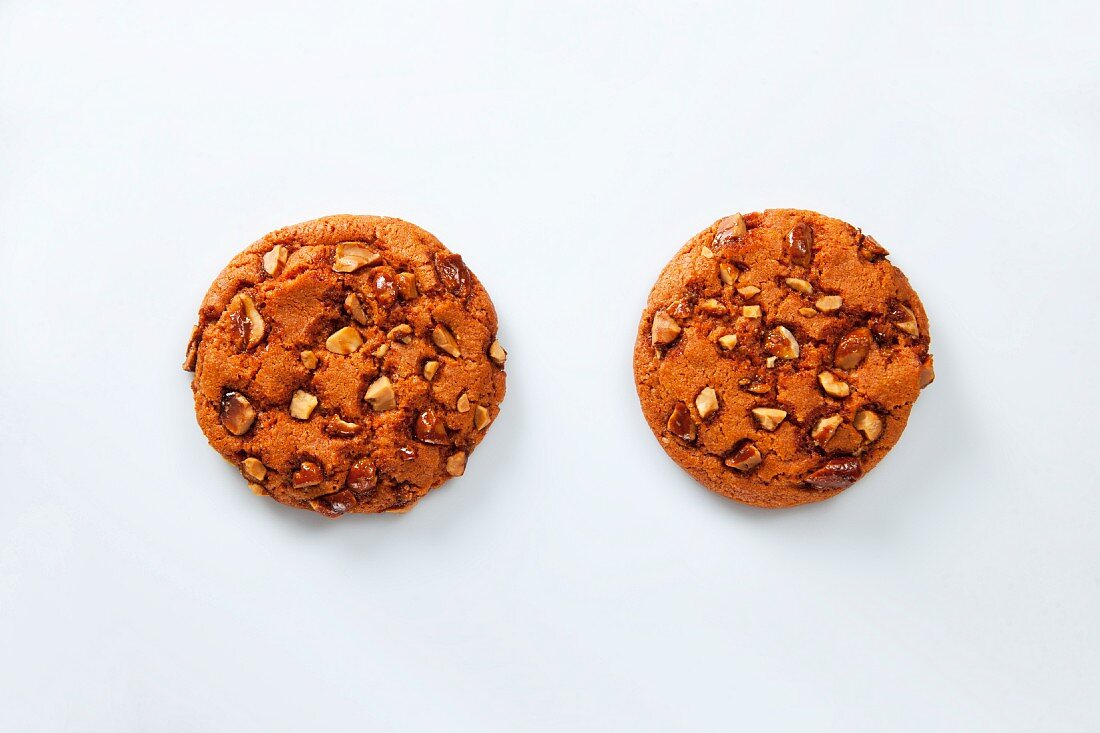 Two cookies with caramelised peanuts