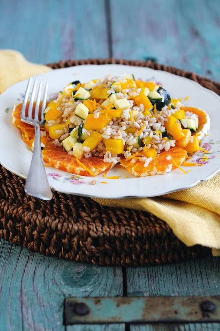 Grain salad with oranges, peppers and courgettes