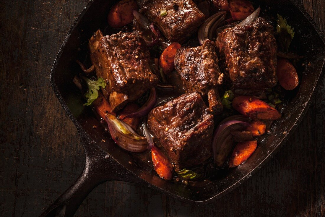 Braised beef ribs with carrots and onions