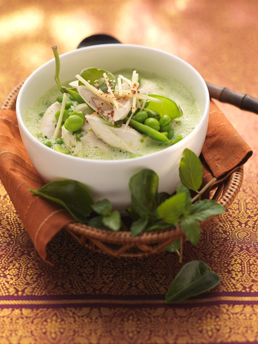 Green pea and mint curry with chicken breast (India)