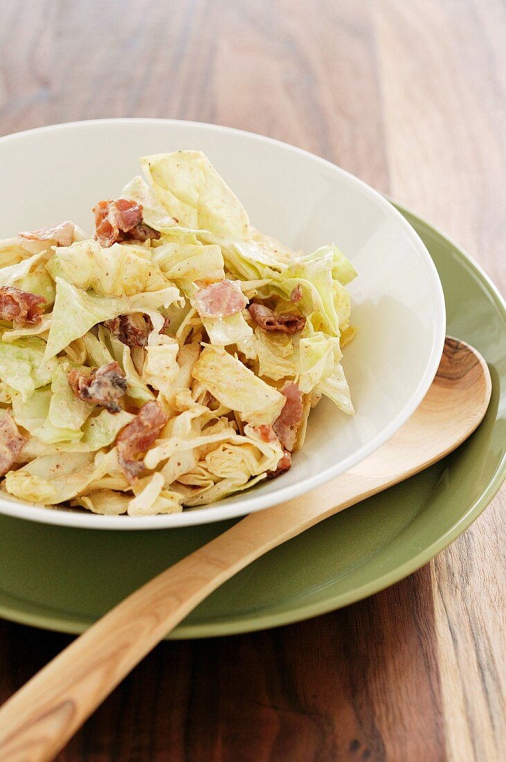 Pointed cabbage salad with ham