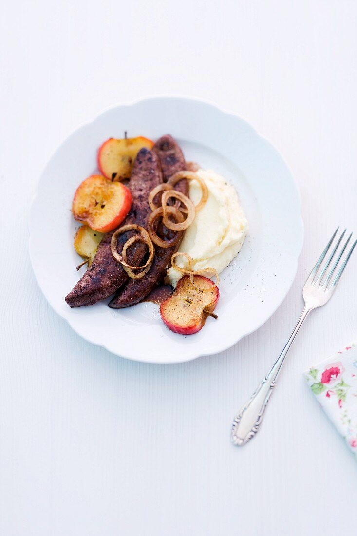 Fried veal liver with apples, onions and mashed potatoes