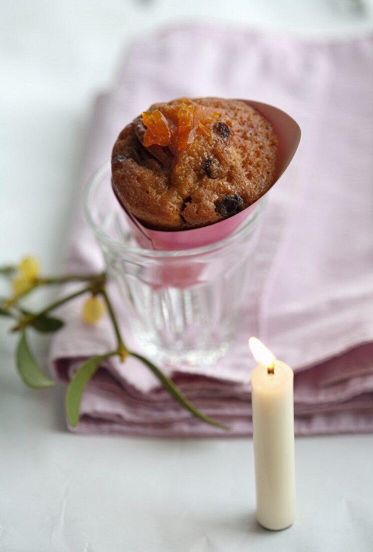 Biskuit mit Rumrosinen, kandierten Orangen und kandiertem Kumquat in der Tüte