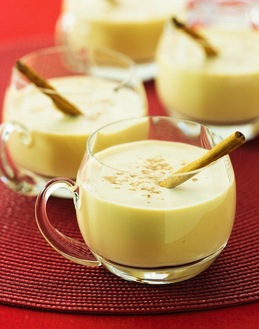 Eggnog (Alkoholhaltiges Getränk mit Sahne & Ei, USA)