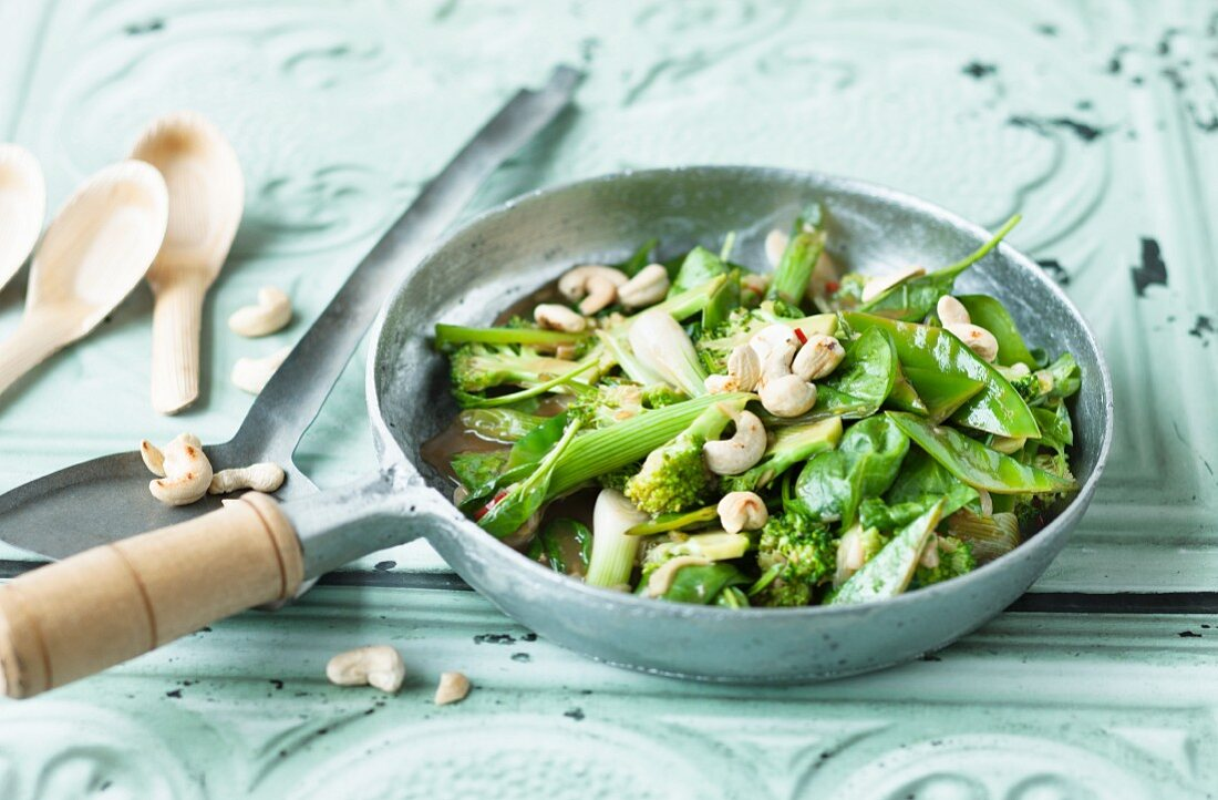 Green stir-fried vegetables with cashew nuts