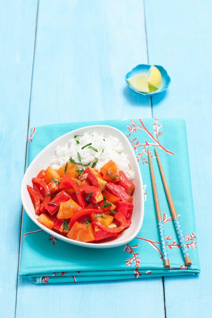 Surimi mit Knoblauch, Paprika und Ananas in Tomatensauce