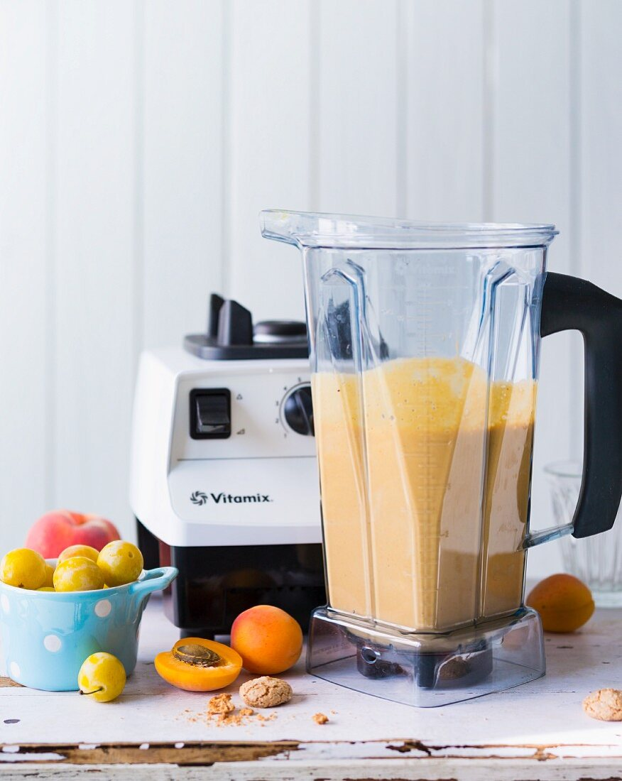 A smoothie made with peaches, apricots, mirabelles and almond biscuits