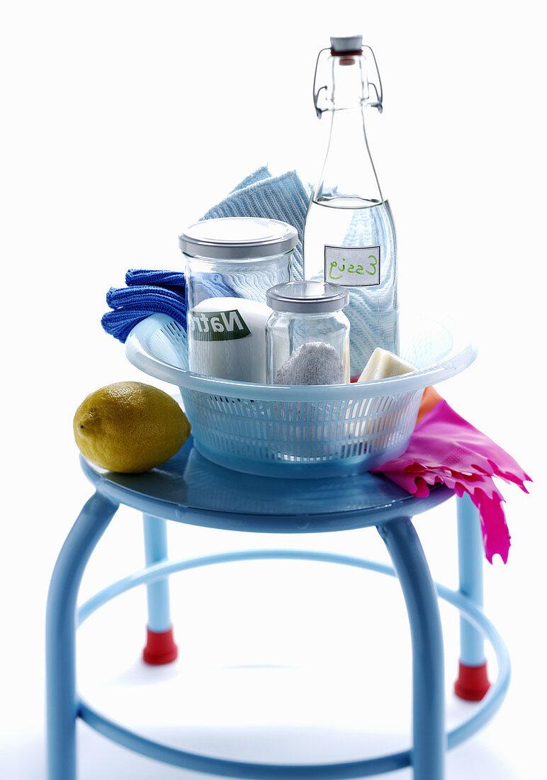 Various cleaning preparations for the kitchen (vinegar, bicarbonate of soda, lemon)