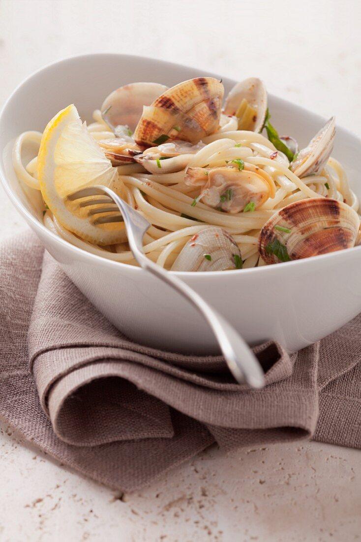 Spaghetti alle vongole (Spaghetti with clams, Italy)