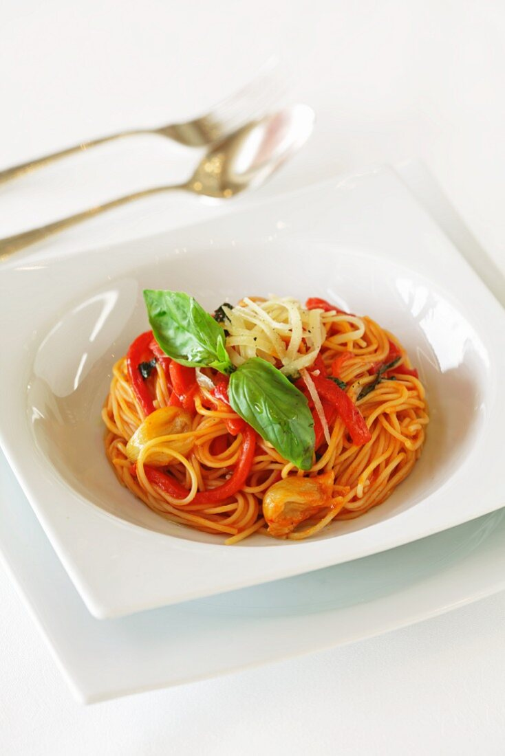 Wholemeal spaghetti with peppers and basil