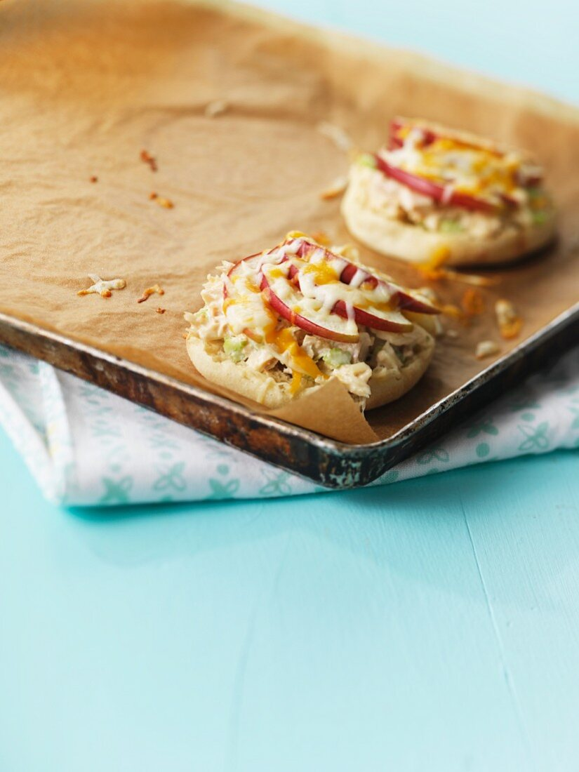 Mini pizzas with tuna, apple and cheese