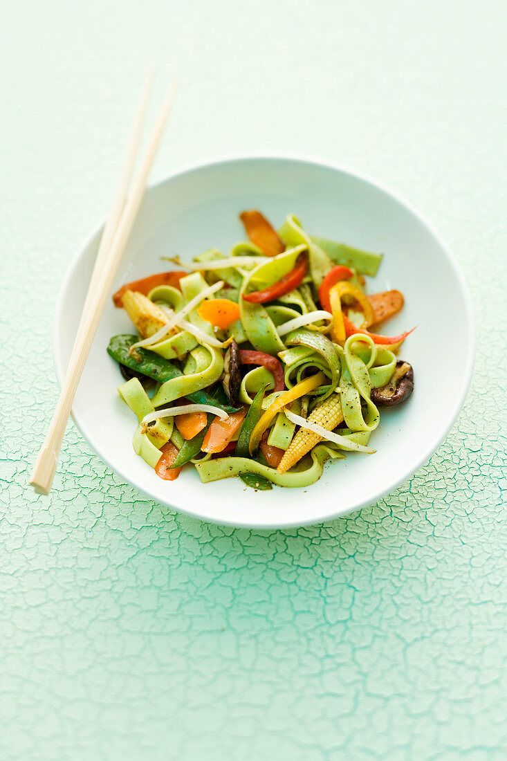 Wasabi pasta with carrots and baby corn cobs (Asia)