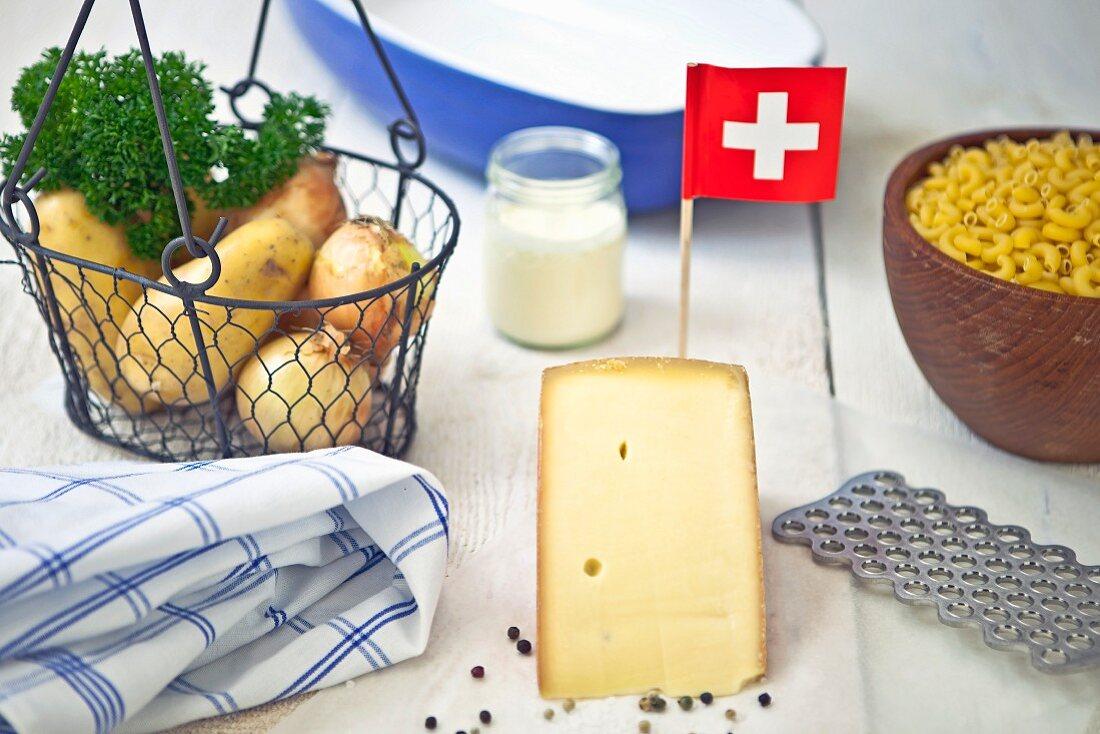Kartoffeln, Hörnchennudeln und Bergkäse - Zutaten für die typischen Schweizer Älplermagronen