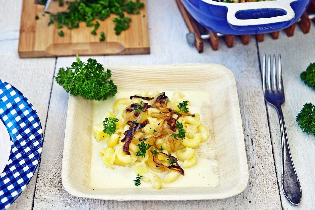 Schweizer Älplermagronen (Nudeln, Kartoffeln, Zwiebeln und Käse)
