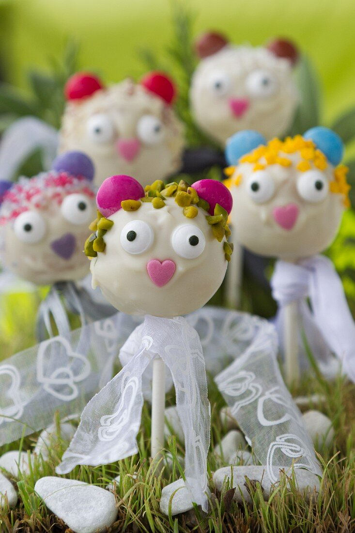 Cake pops with faces